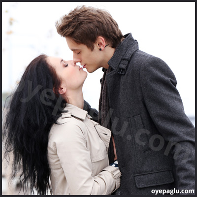 romantic dp for whatsapp of kissing
